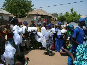 Moquito nets being distributed in Jarreng